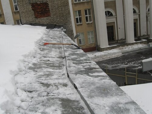 Уборка крыши от снега по периметру http://www.stroyalp.ru/sneg.php