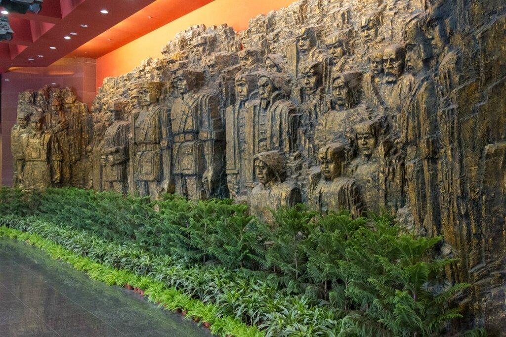 Скульптурная композиция в холле музея