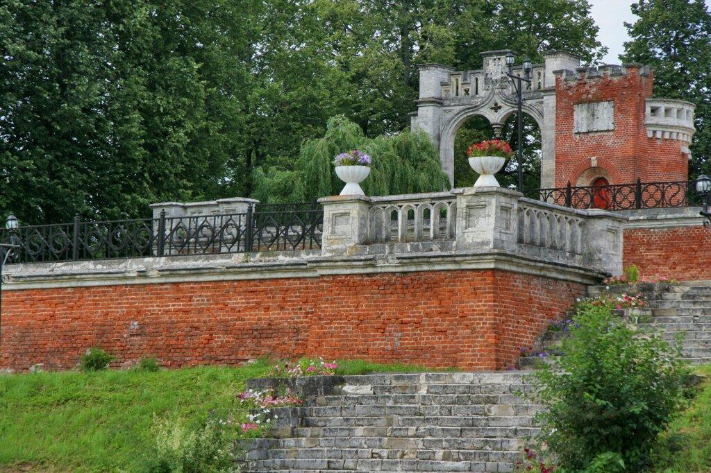 Въездные ворота и партер