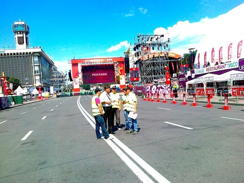 Подготовка фан-зоны к концерту Элтона Джона и Queen