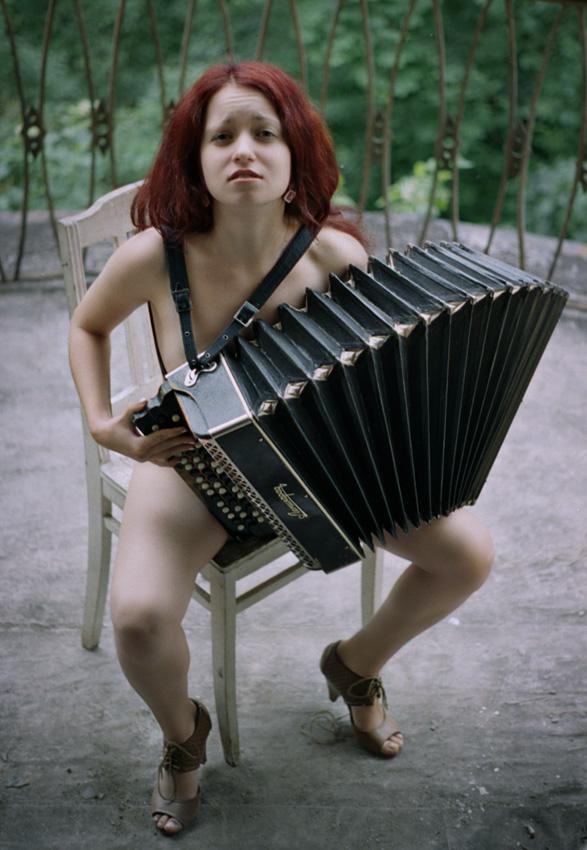 А я играю на гармошке у прохожих на виду, мем сонёк