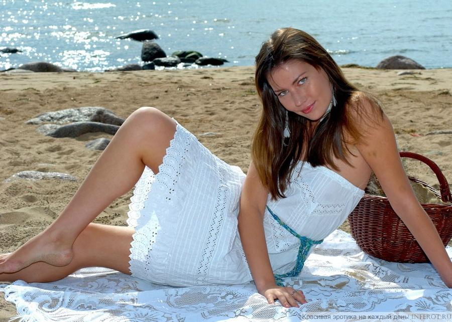 Полуголая девушка на пляже в белом платье (15 фото)