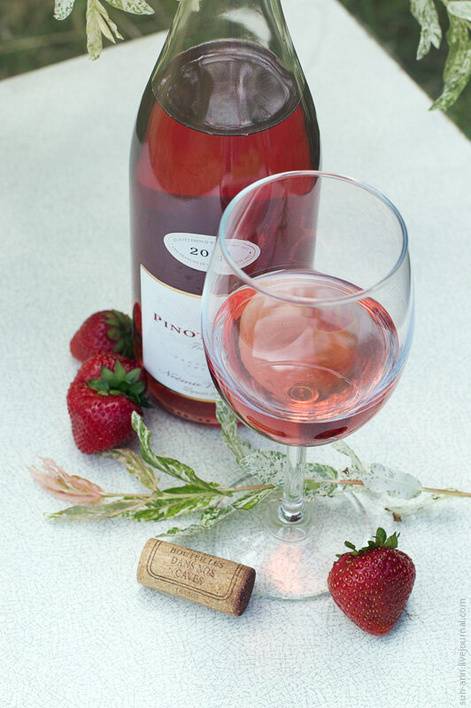 Розовое вино с клубникой
