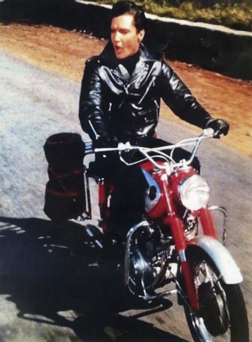 Элвис и его Harley на подъездной дорожке в Одубон Драйв, 1956 год