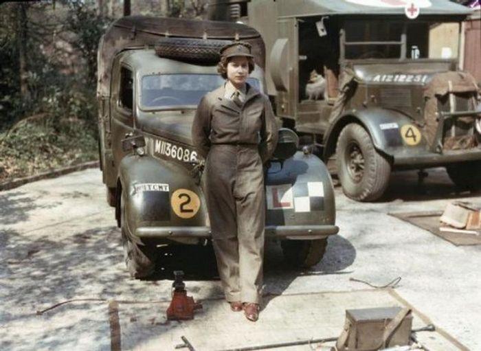 Королева Елизавета несет службу во время Второй мировой войны.
