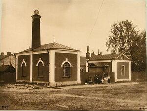 Группа местных жителей и служащих у водонапорной башни вблизи станции. Луга г