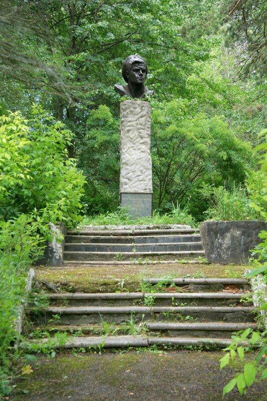 Федоскино, Памятник матросу Железняку