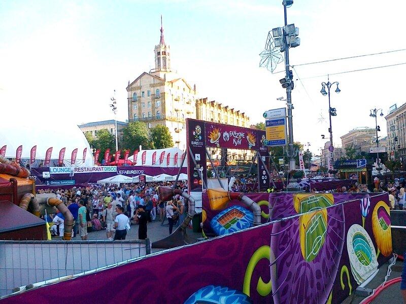 Вход в фан-зону Киева под Главпочтамтом
