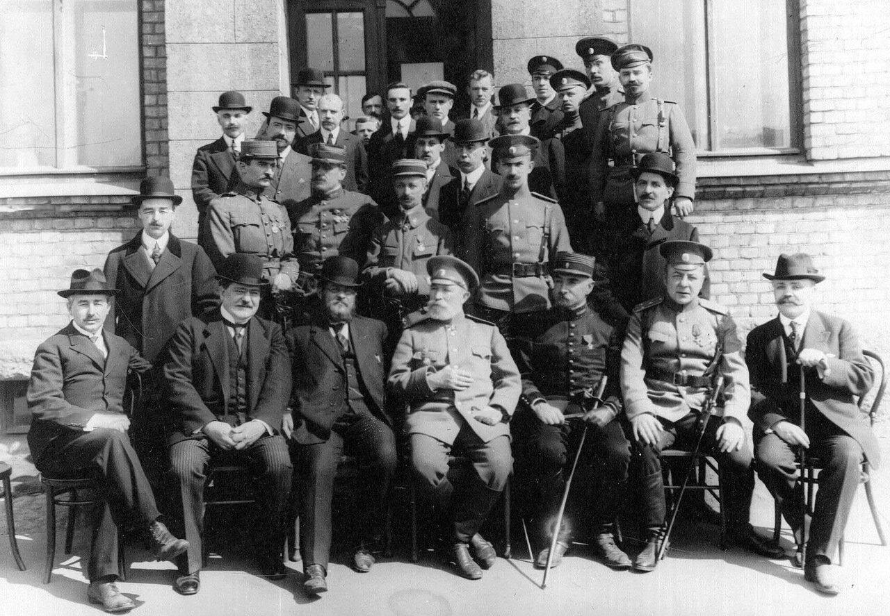 17.Члены французской военной миссии и сопровождающие их русские офицеры у здания акционерного общества. 1916