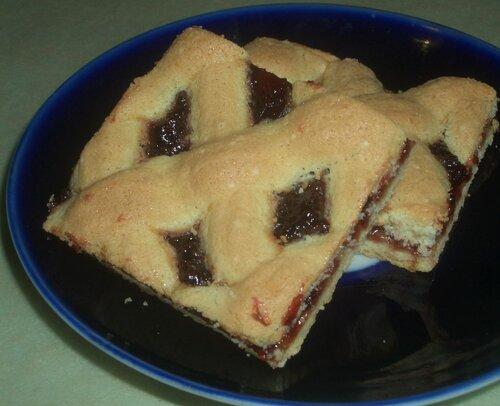 Песочное пирожное с бисквитной сеткой