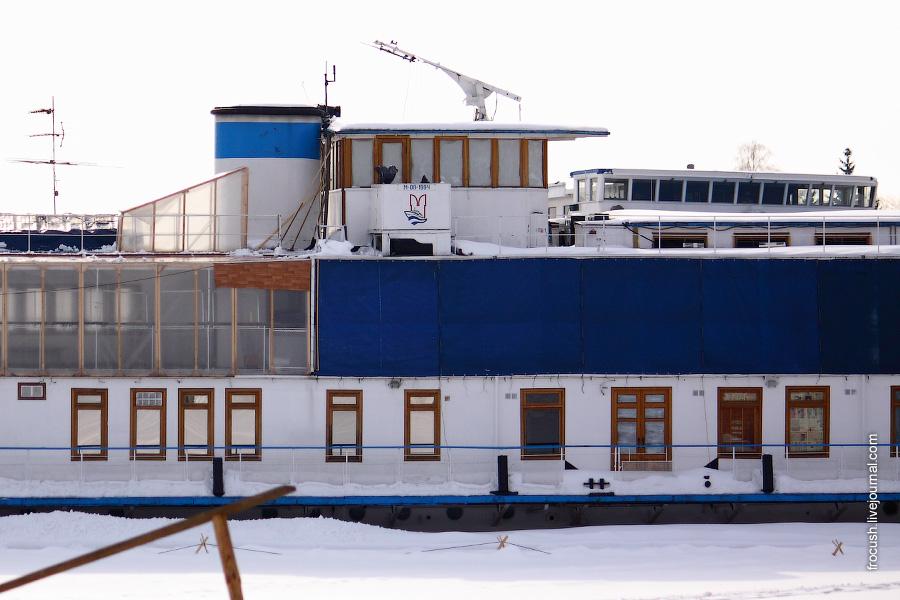 Теплоход Максим Горький в Хлебниковском затоне зимой 2010 года