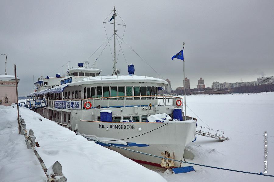 29 января 2011 года. Во время зимнего отстоя теплоход «М.В.Ломоносов» используется в качестве гостиницы на Северном речном вокзале Москвы