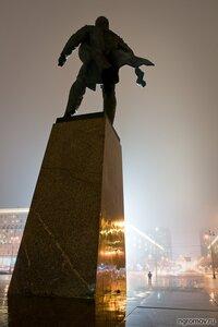 Масштаб личности (Ленин, ночь, памятник, человек)