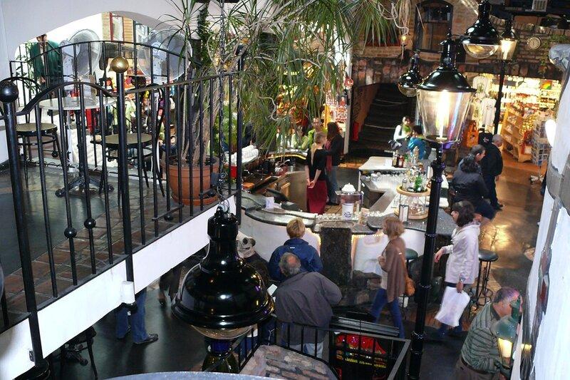 Хундертвассер Village. Павильон двухуровневый, с многвисленными ступеньками, балкончиками, столиками и магазинчиками...
