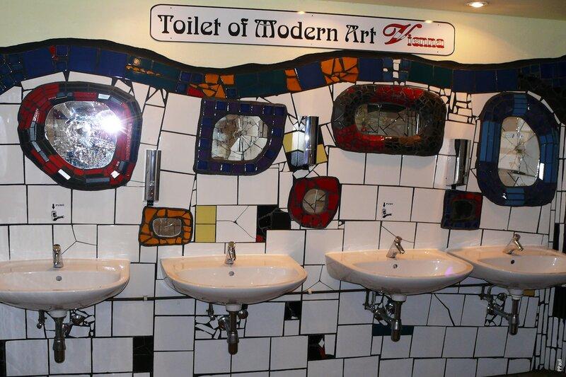 Хундертвассер Village.  Туалет от Хундертвассера.