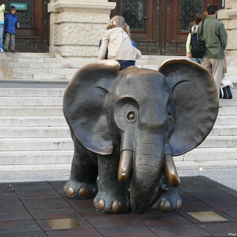 слоник у Естественно-исторического музея напротив...