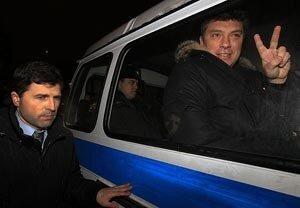 Немцов и Лимонов отпущены на свободу