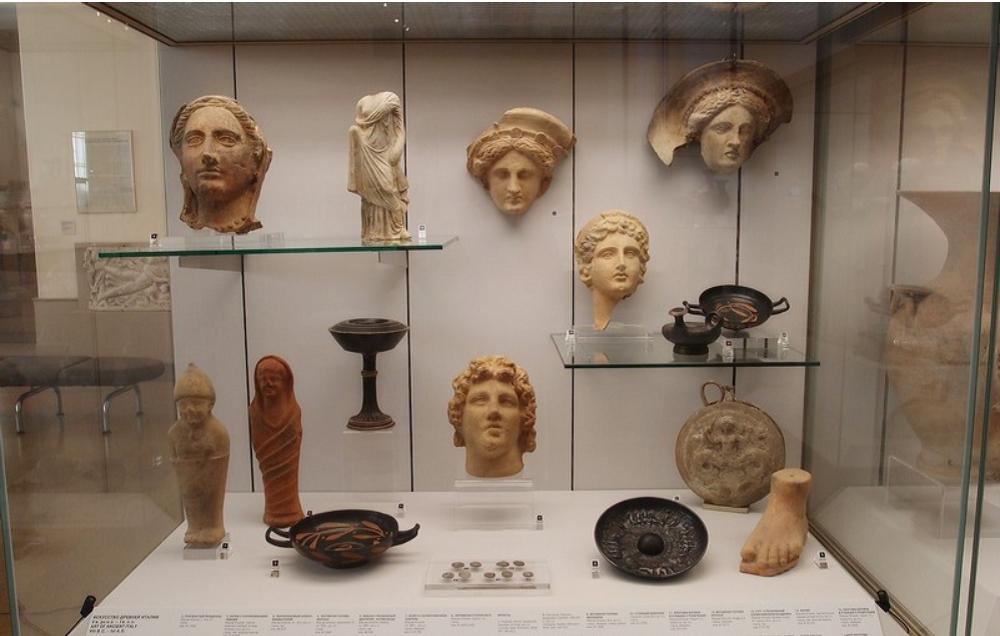 Залы античного искусства с коллекцией греческих ваз и амфор, мозаики, скульптурами и рельефами Древних Италии, Кипра и Рима.