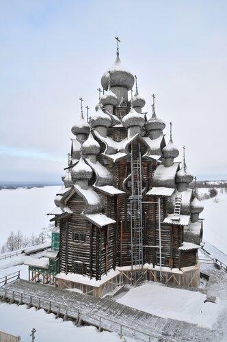 Кижи зимой, во время реставрационных работ.