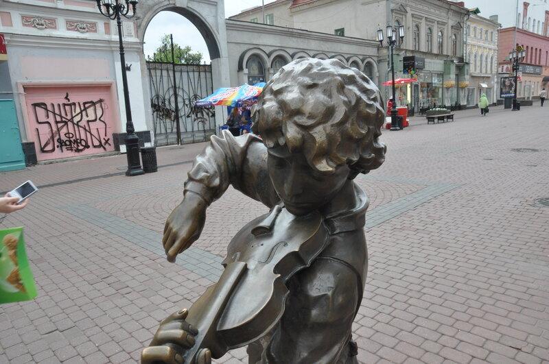 Юный скрипач на Покровке напомнил мне маленького Шерлока:)