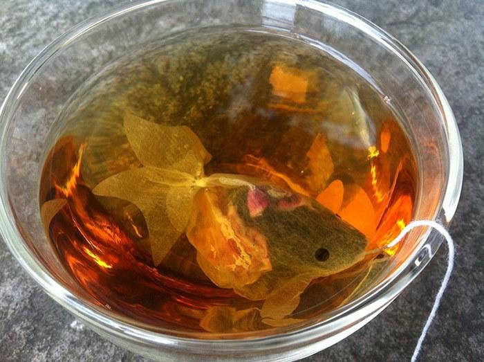 Пакетики для чая, которые преобразят обычную чашку в аквариум с золотой рыбкой (7 фото)