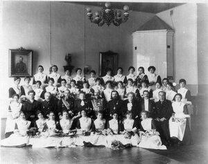 Группа воспитанниц с гостями и преподавателями.