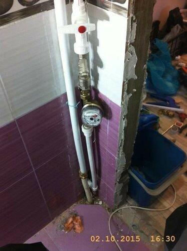 Поставили водосчетчик, трубы можно опять зашивать пластиком