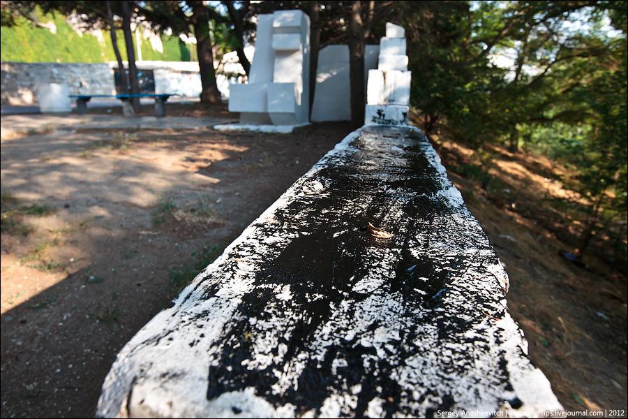 Вандализм около памятного знака 200-летия основания Севастополя