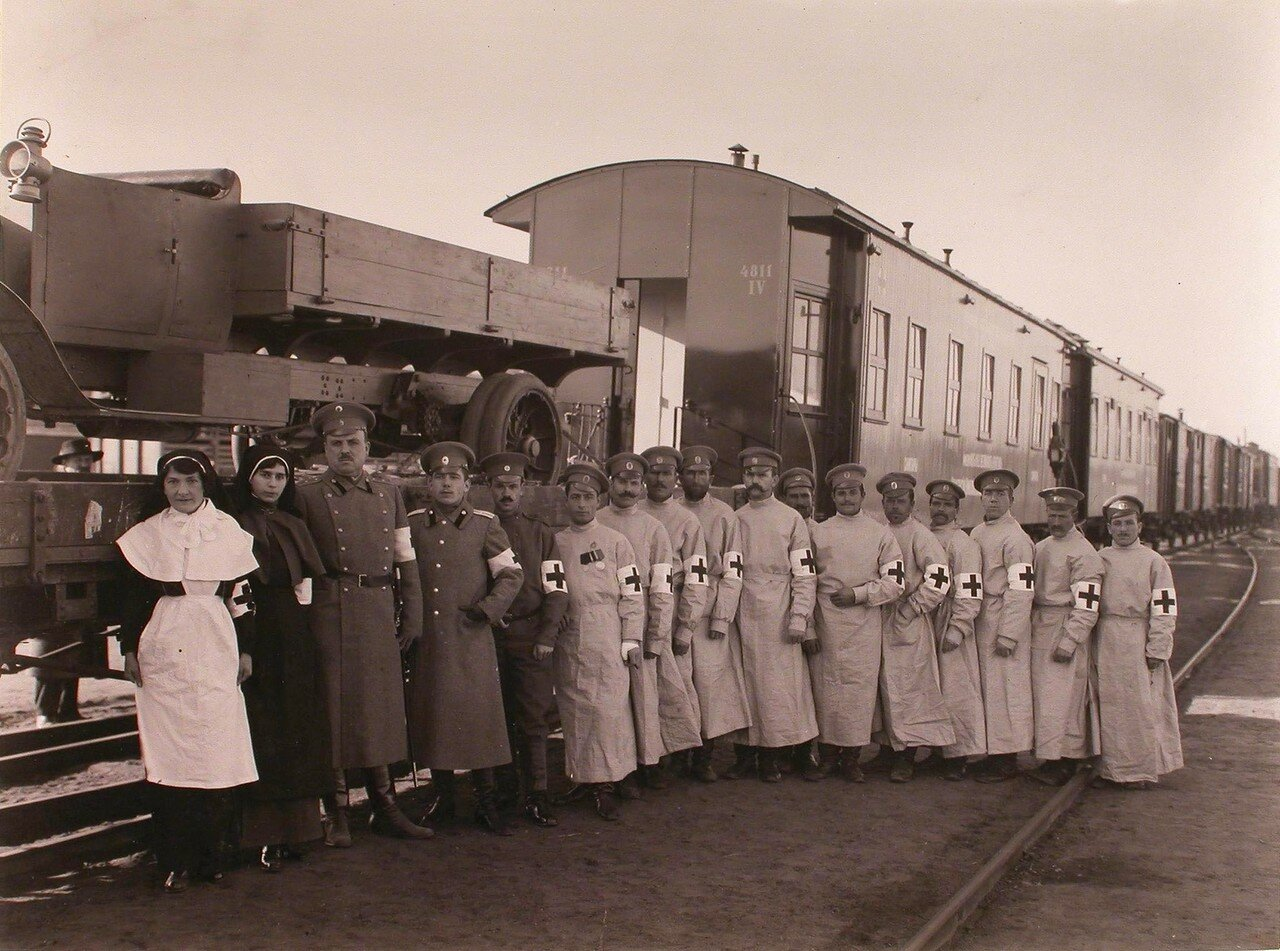 04. Группа медицинского и обслуживающего персонала подвижного питательного отряда около санитарного поезда