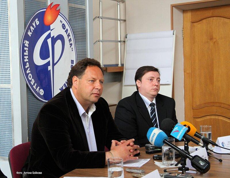 18 марта 2011 г. Гл.тренер Факела Сарсания и пресс-атташе клуба Постников во время пресс-конференции .