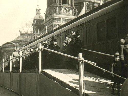 Берлинцы осматривают вагон.