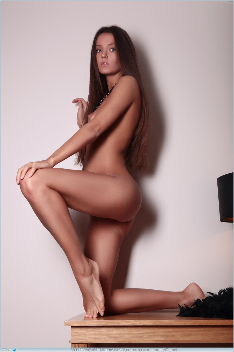 Эротический фотосет на маленьком столе (20 фото)