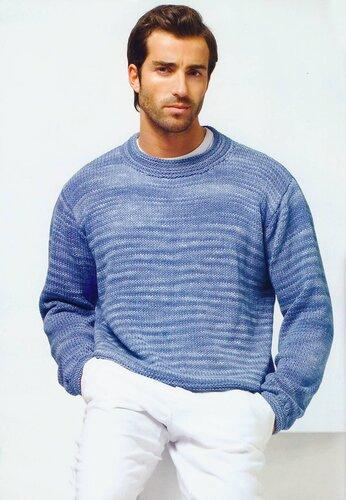 Голубой мужской пуловер, связанный спицами