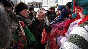 """Масленица, 2011г. У """"цыганки"""" много желающих погадать:)!"""