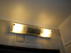 светильник над дверью в туалет