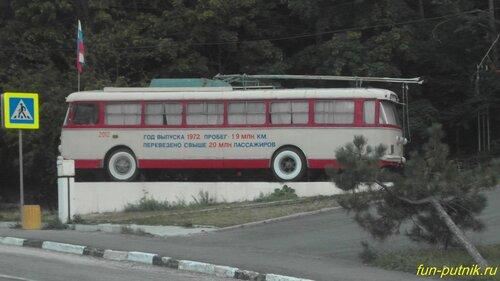 Памятник старому троллейбусу на въезде в Ялту