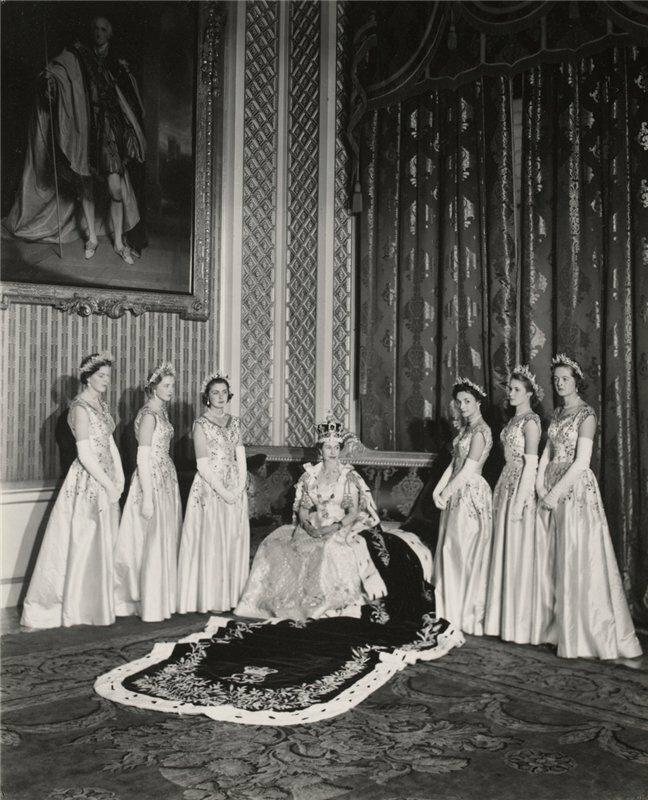 Королева со своими шестью фрейлинами