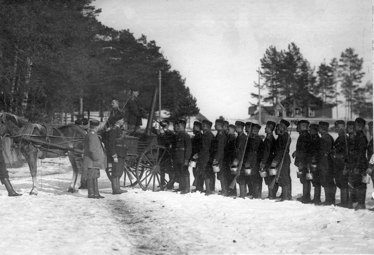 35. Выдача горячей пищи солдатам гвардейского стрелкового батальона, проходящим пограничную службу. 1908