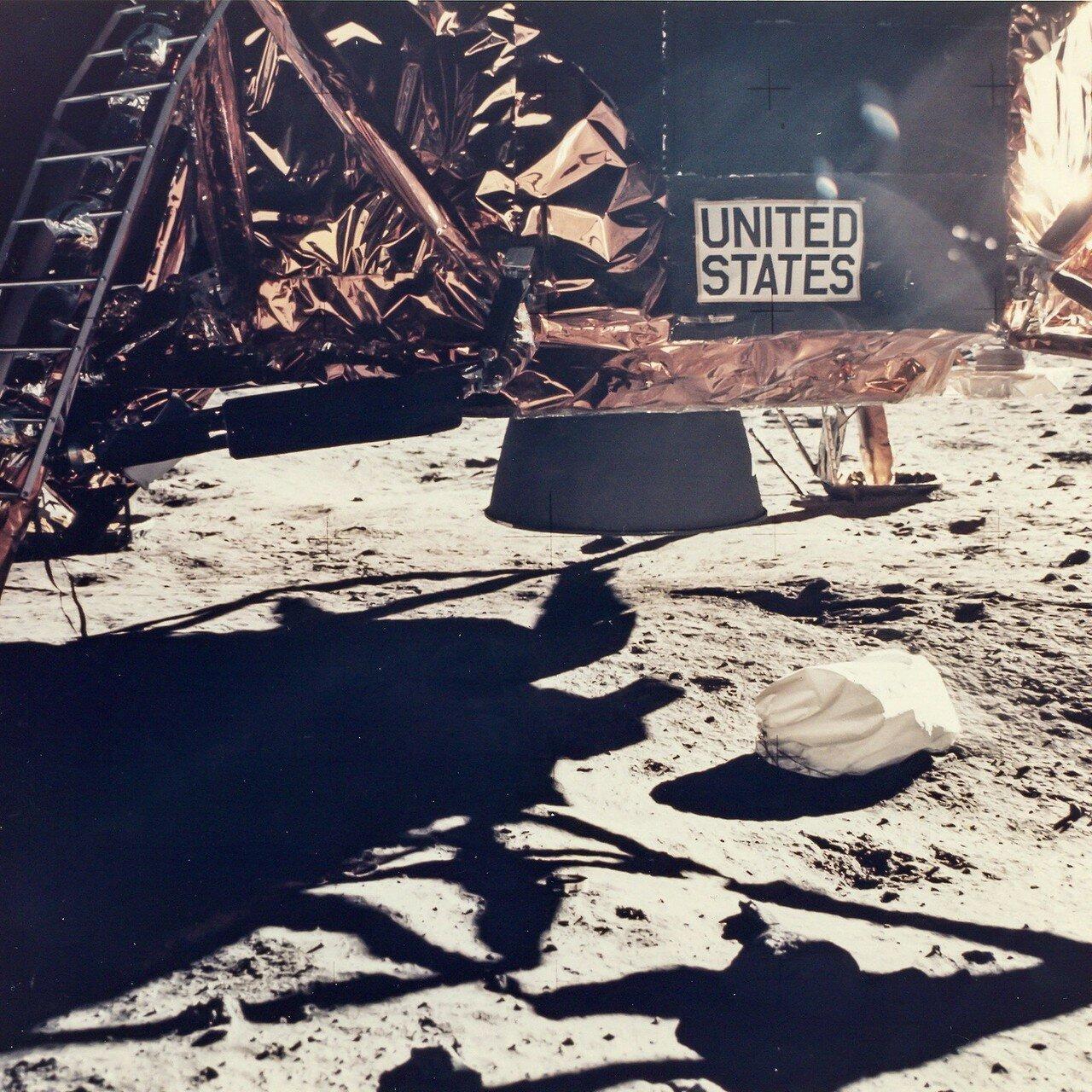 В течение первых двух часов пребывания на Луне Нил Армстронг и Эдвин Олдрин были заняты имитацией предстартовой подготовки. На снимке: Астронавт Базз Олдрин выходит из Лунного Модуля «Орел»