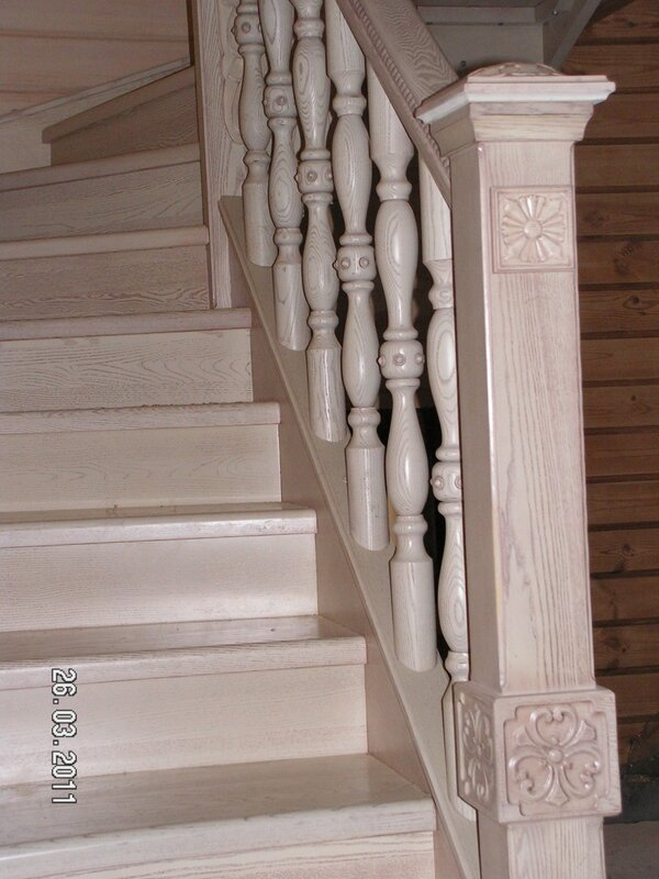 Деревянная лестница(ясень),с элеметами резьбы