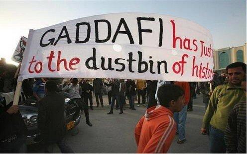 На плакате: Каддафи уже в мусорном баке истории