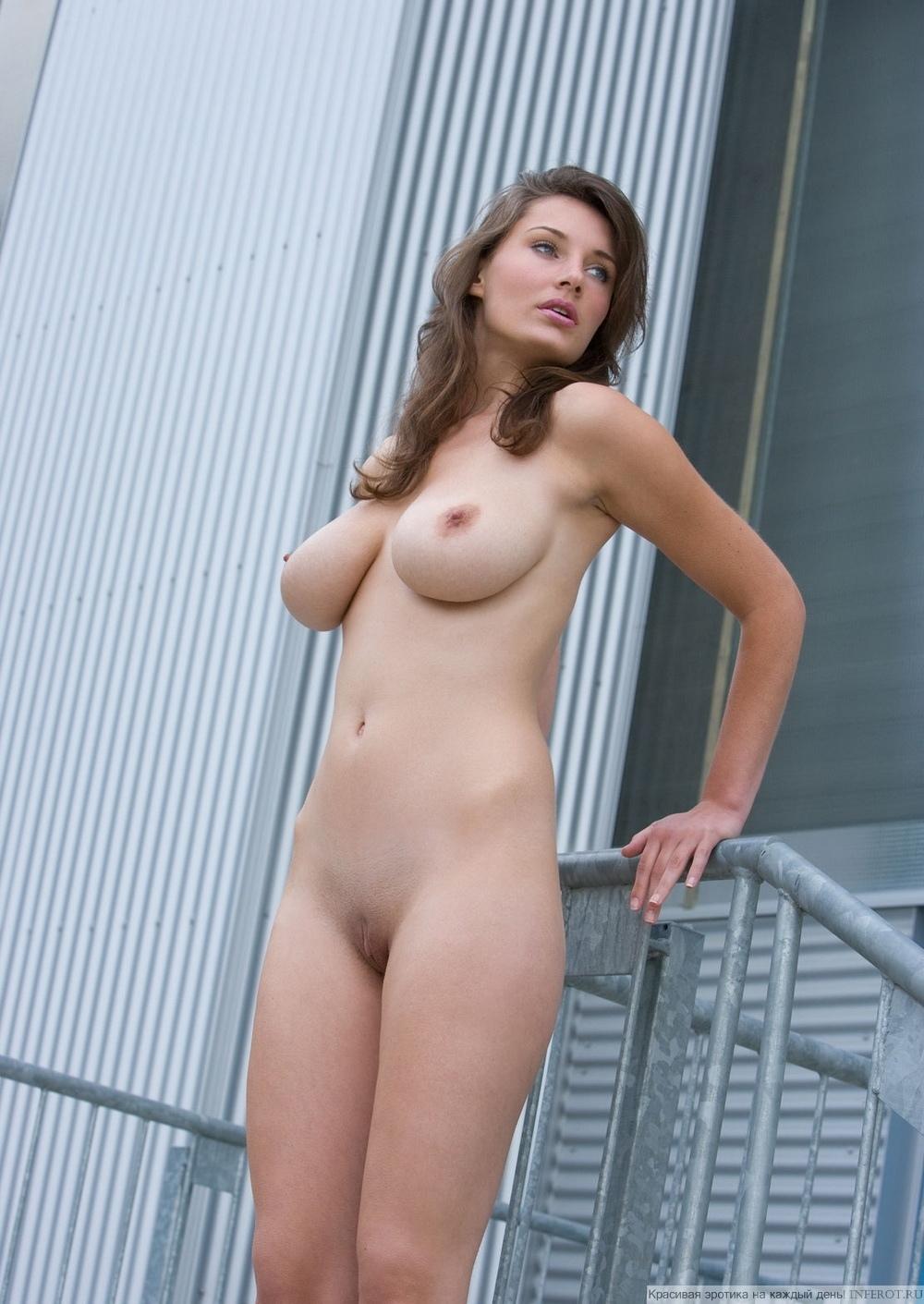 Полногрудая красотка с длинными ногами разделась на лестнице (20 фото)