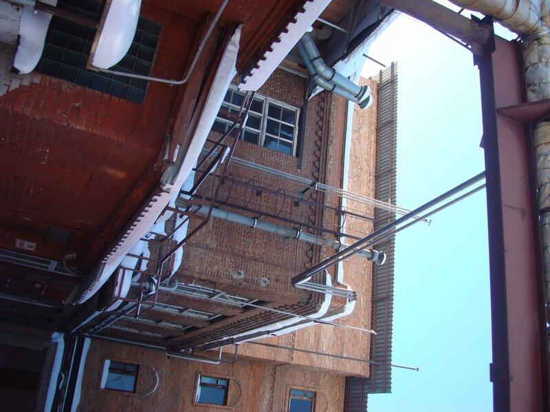 Переплетение этажности, лестниц, труб, проводов...