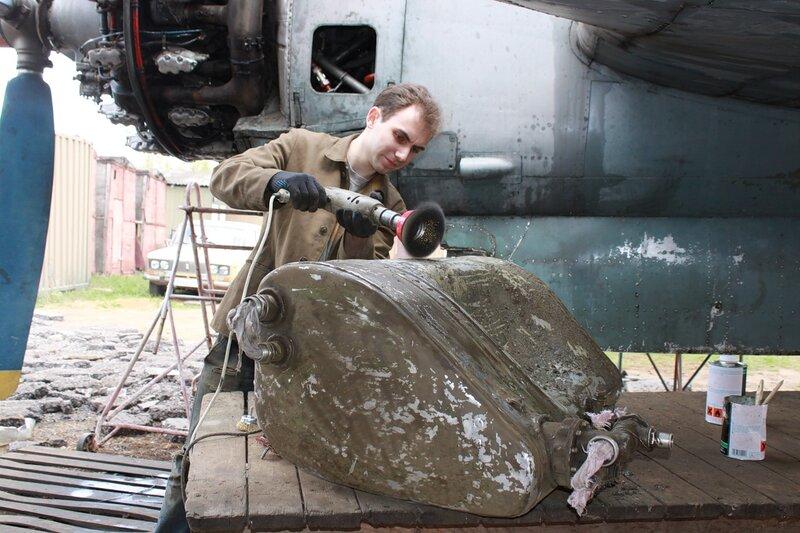 Сергей чистит маслобак