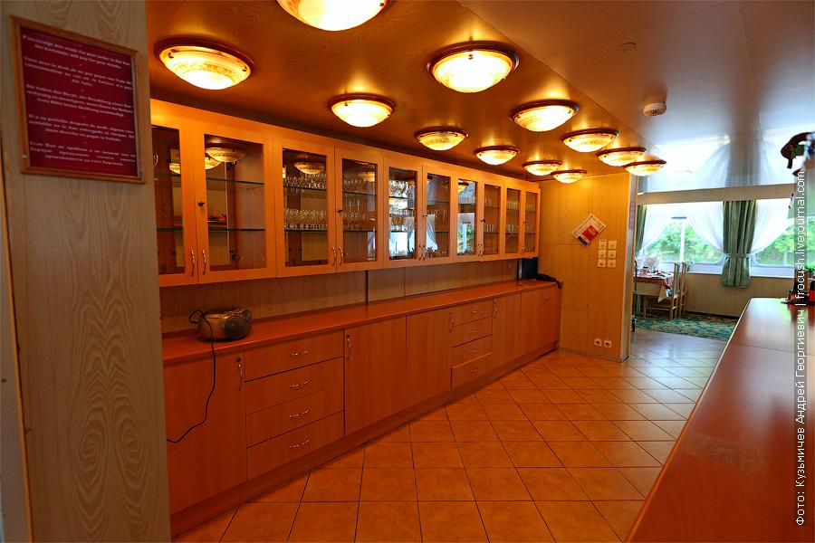 Столики расположены по периметру ресторана, а это центральный проход между правым и левым бортом ресторана теплохода. теплоход «Константин Федин»