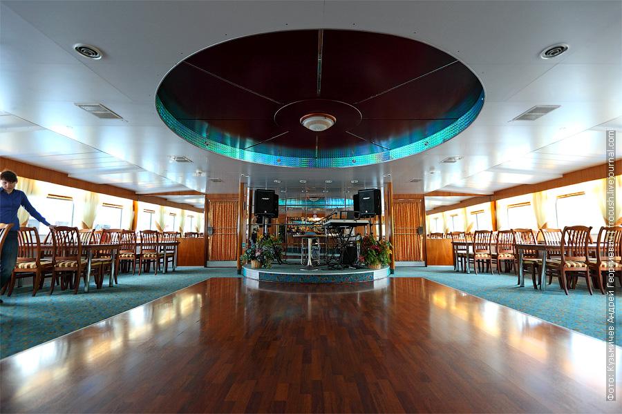 Бар-ресторан в кормовой части шлюпочной палубы. теплоход «Константин Федин»
