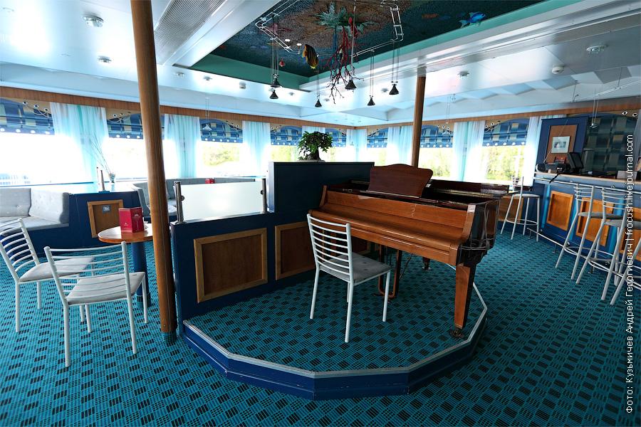 Музыкальный салон - бар в носовой части шлюпочной палубы. теплоход «Константин Федин»