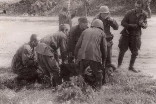 Раненый советский пленный.