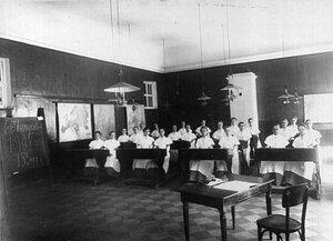 Группа воспитанниц на уроке.