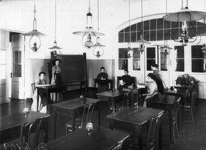 Воспитанницы на занятиях по алгебре.